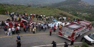 Vuelca autobús de peregrinos en Guerrero