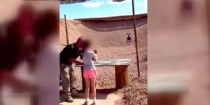 Muerte de instructor por niña reaviva debate sobre uso de armas de fuego en EUA