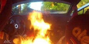 Escapan de auto en llamas durante rally