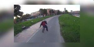 Graba intento de asalto en bicicleta