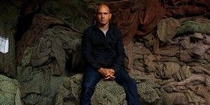 Surfista crea ropa hecha con desperdicio del océano