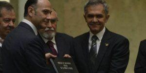 Mancera entrega el proyecto de Constitución a la Asamblea Constituyente