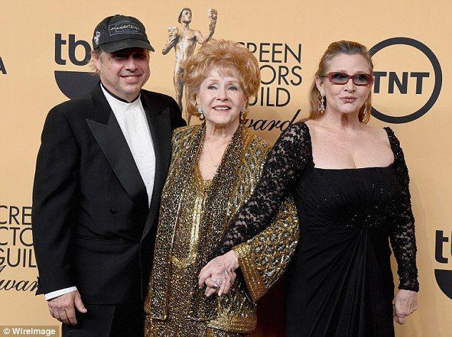 Todd Fisher (izquierda, Debbie Reynolds (centro), Carrie Fisher (derecha). Foto de TMZ
