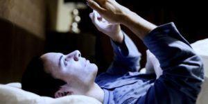 usar el celular en la noche