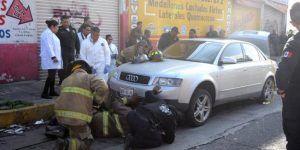 Policía muere aplastado al cambiar la llanta de su auto