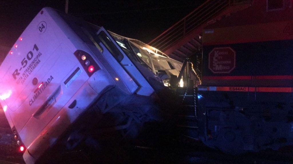 Tren choca Camión Nuevo Léon
