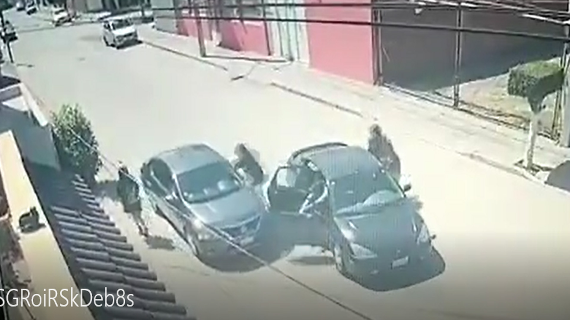 #Video Automovilista escapa en León de intento de asalto; daña auto de criminales - Foto Captura de pantalla