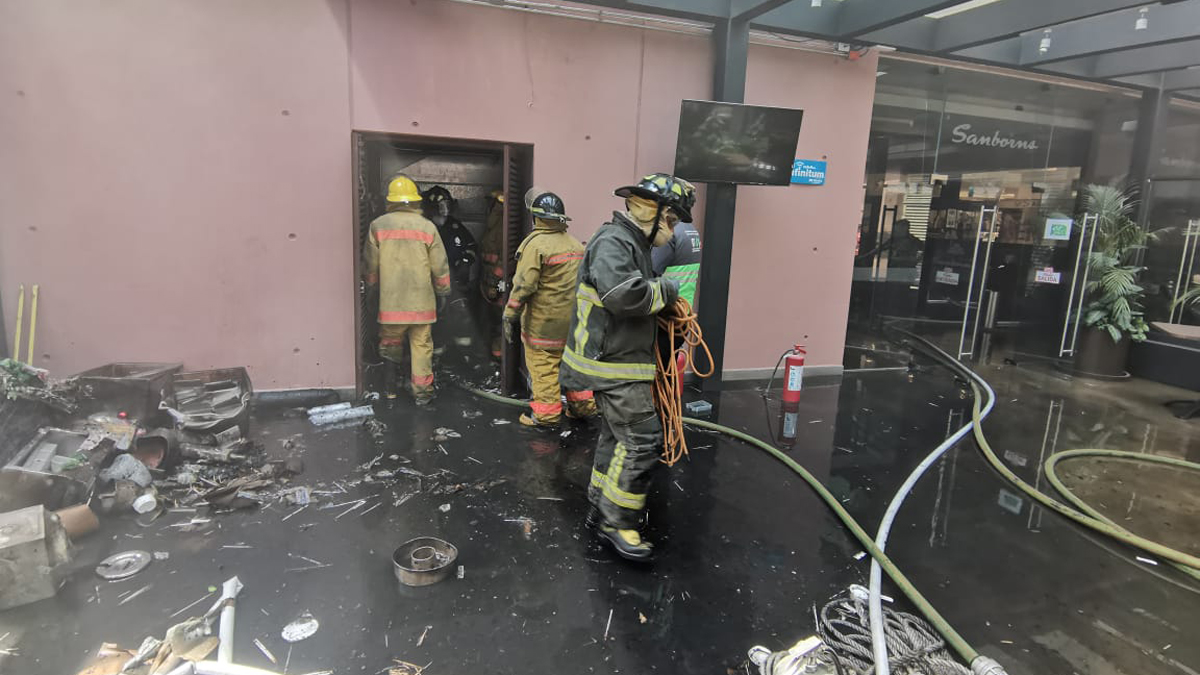 Incendio consume bodega de Sanborns en World Trade Center - Atención de incendio en Sanborns del WTC capitalino. Foto de @SGIRPC_CDMX